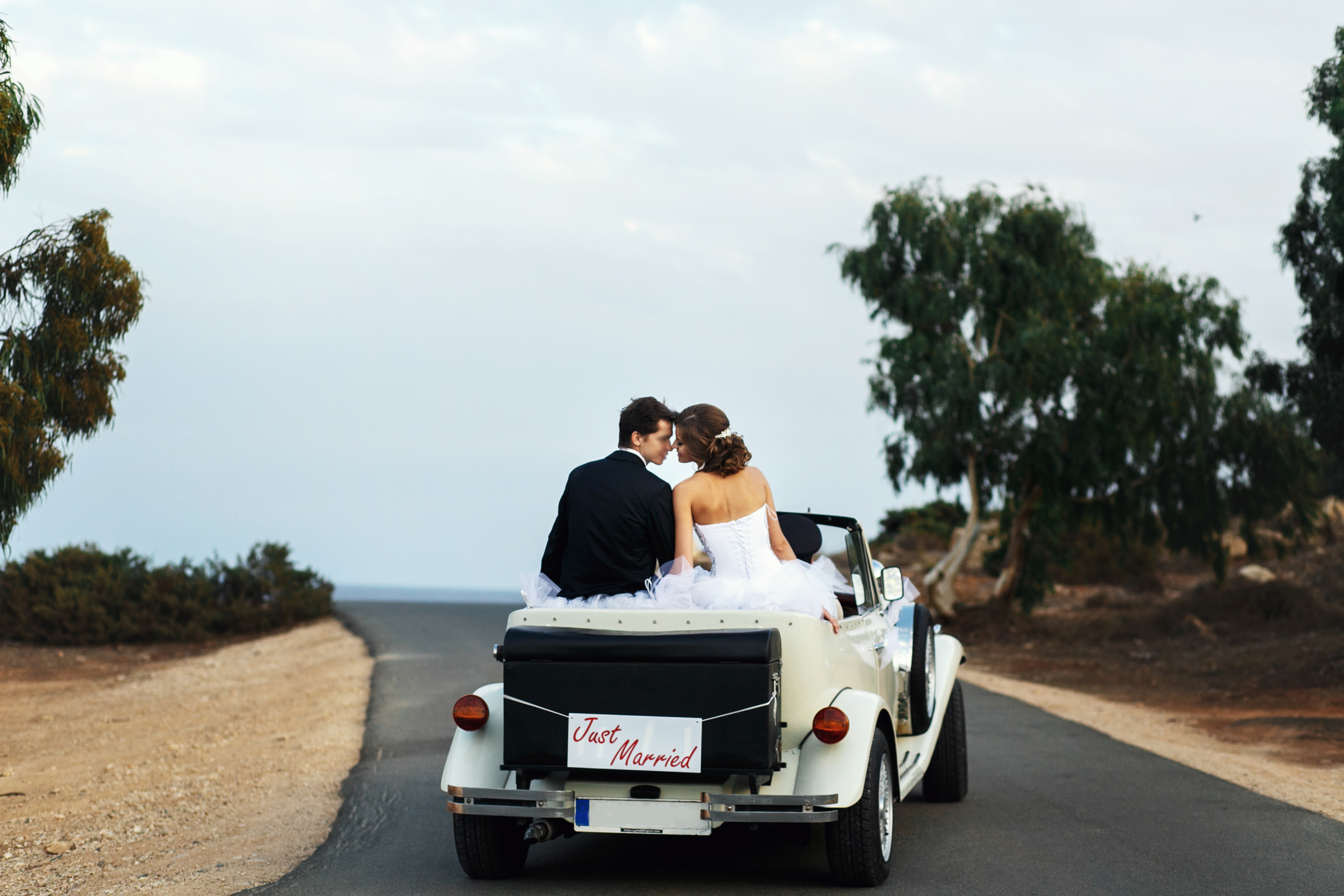5-Perfect-Ideas-for-Your-Free-Wedding-Website-Shutterstock-Bride-and-Groom-in-Vintage-Car